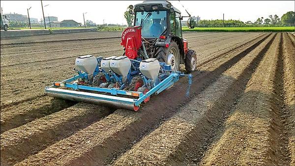 鼓勵轉作非基改大豆,縣府今年加碼補助,每公頃共可領到五萬七千元。(翻攝自蔡財興臉書)