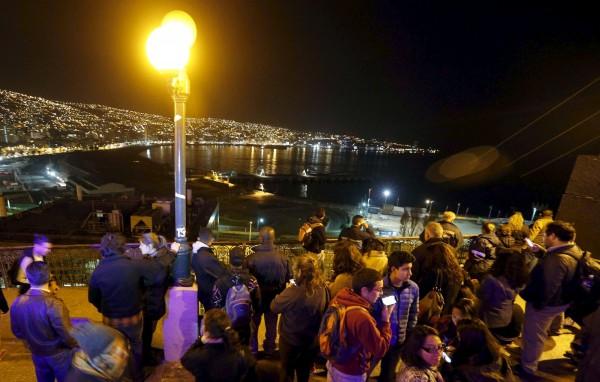 強震過後,智利隨即發布海嘯警報,身處海岸附近的居民和遊客,紛紛趕往高處躲避。(路透)