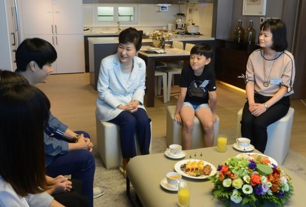 為協助青年就業,南韓總統朴槿惠帶頭捐2000萬韓元,並決定未來每個月再捐出20%的薪水給「青年希望基金」。(歐新社)