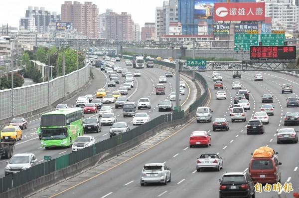 為使高速公路交通順暢,假期每日上午6時前實施高速公路暫停收費,其他時段實施嚴格匝道儀控,並規劃國道5號客運優先通行措施。(資料照,記者黃志源攝)