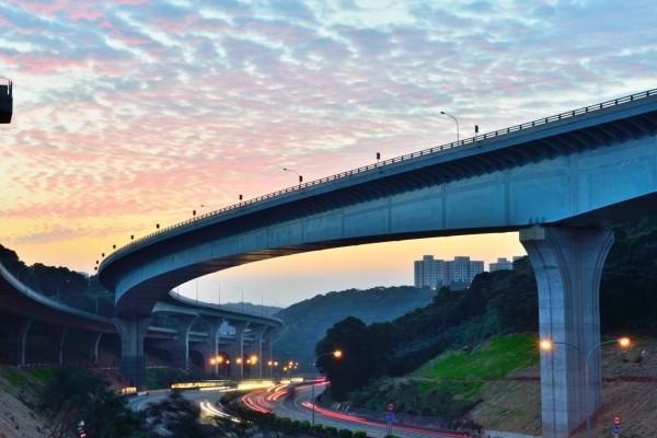 今天在土耳其伊斯坦堡舉行之第一屆IRF歐洲及中亞區域會議中,國際道路協會( International Road Federation,IRF) 將全球唯一的「GRAA全球道路成就獎」設計類首獎頒給國道一號五楊高。(國工局提供)