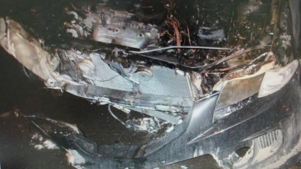 下班喝啤酒紓壓,返家自撞安全島燒毀車。(記者鄭淑婷翻攝)