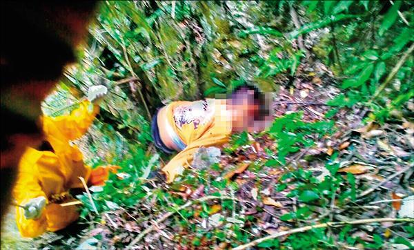 警消人員獲報後,立即以繩索垂降山谷,約在下午1時30分發現郭男倒臥山下約60公尺處樹叢,當場已無生命跡象。(記者王峻祺翻攝)