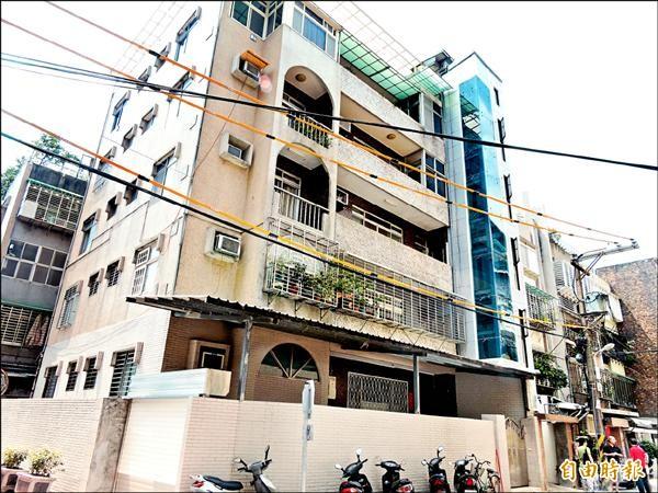 新店區明德路一棟38年的5層樓公寓申請加裝電梯,昨天取得使用執照。(記者賴筱桐攝)