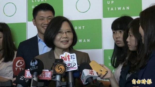 蔡英文發表綠能科技創新產業政策,會前受訪。(記者劉信德攝)