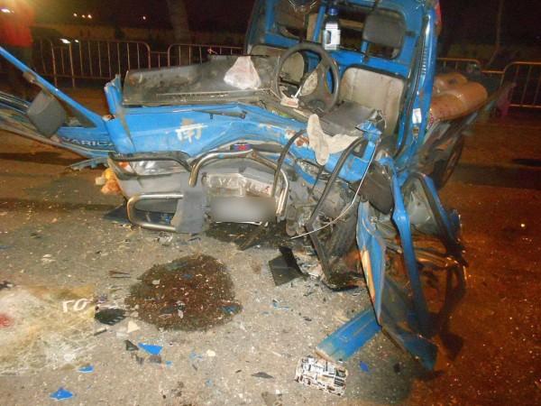 載瓦斯鋼瓶的小貨車幾乎全毀,吳姓駕駛送醫不治。(資料照,記者許國楨翻攝)