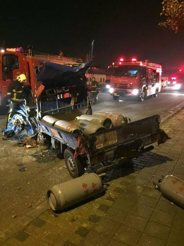 肇事現場瓦斯鋼瓶散落一地,消防車一旁警戒。(資料照,記者許國楨翻攝)