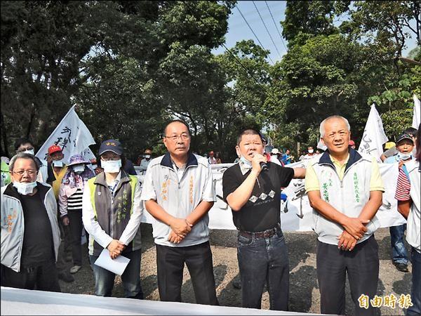 議員賴明源(持麥克風者)要求台糖兩星期內提出妥善解決辦法,否則要封路關場。(記者廖淑玲攝)