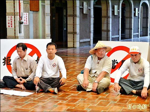 邱錫奎(左二)與三名協會成員到縣府靜坐抗議。(記者簡惠茹攝)