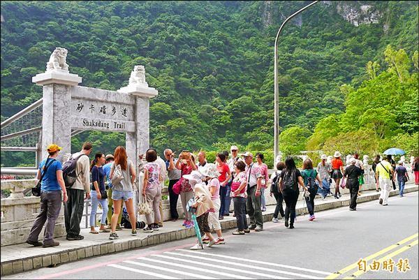 太魯閣砂卡礑步道開放後,吸引大批遊客到訪,12日又因落石封閉。(記者王峻祺攝)