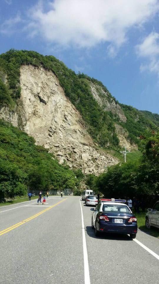 台11線路邊的海岸山脈整片山壁滑落。(網友回添史提供)