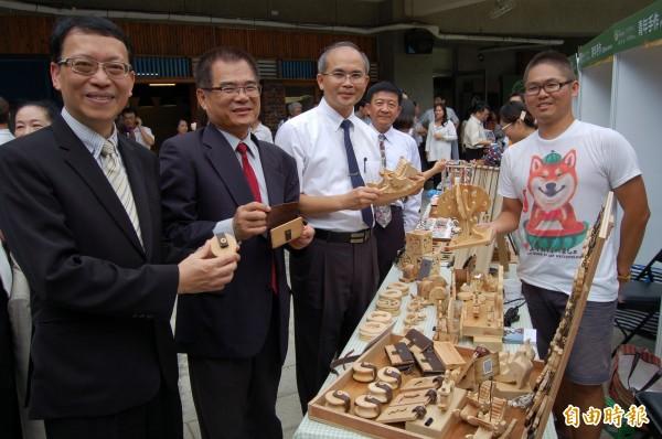 長榮大學校長李泳龍(左起)、台南市勞工局長王鑫基、副市長曾旭正參觀新營青創基地。(記者楊金城攝)