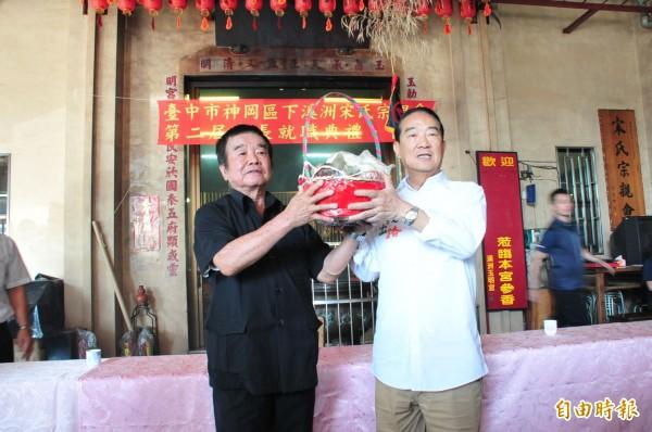 親民黨總統參選人宋楚瑜,前往神岡區宋氏宗親會,獲贈象徵「包中」的粽子。(記者李忠憲攝)