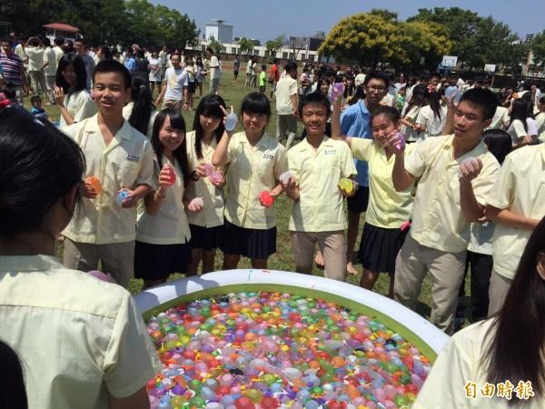新竹市府與新竹高商舉辦「真心」返校日,結合電影我的少女時代,邀請校友及影迷返校,許多校友穿著制服返校,一起玩起水球大戰。(記者洪美秀攝)