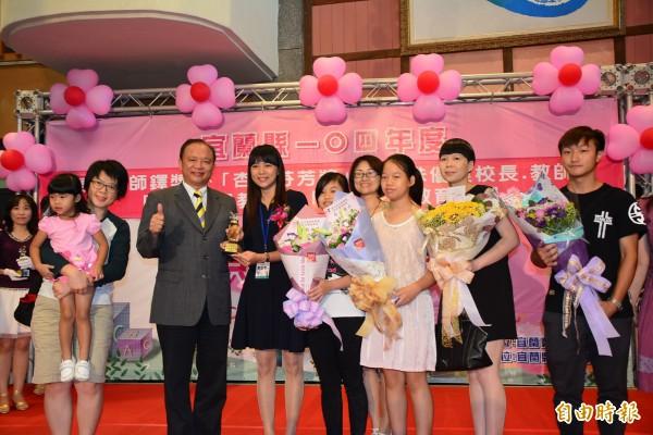 宜蘭縣教師表揚共58人獲獎,圖中獲獎的是中山國小教師韋幼君(右6)。(記者游明金攝)