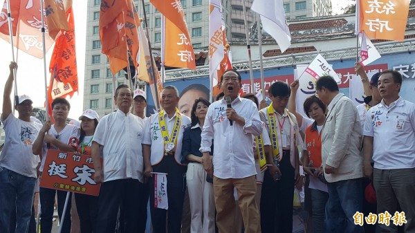 宋楚瑜對支持者演說一小時,5、6次強調台灣不放棄自由民主制度(記者陳彥廷攝)
