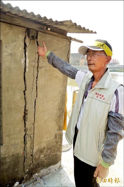林姓民眾住家鄰近台六十一線施工路段,牆壁出現兩條大裂縫,四根手指頭竟然可以完全伸入。(記者劉婉君攝)