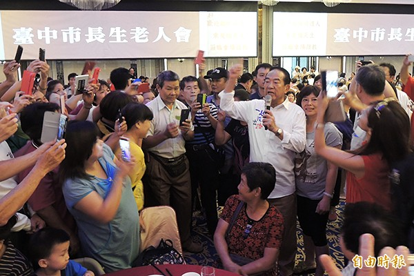 親民黨總統參選人宋楚瑜參加台中市長生老人會餐會,受到支持者歡迎。(記者蔡淑媛攝)