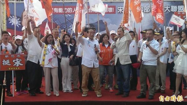 日本通過安保法案,與美國深化軍事同盟。宋楚瑜(中)今天表示,現在大陸很擔心美日軍事同盟要把台灣捲進去,加入新的亞太軍事同盟、和大陸打一仗。(記者蔡淑媛攝)