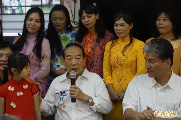 親民黨總統參選人宋楚瑜(中)在前內政部長李鴻源(右)陪同下,發表新住民政策。(記者張安蕎攝)