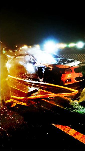 吳男的轎車被燒得面目全非。(記者王冠仁翻攝)