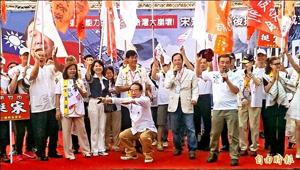 親民黨總統參選人宋楚瑜昨出席中部後援大聯盟成立大會,現場做深蹲等動作強調身體強壯。(記者蔡淑媛攝)