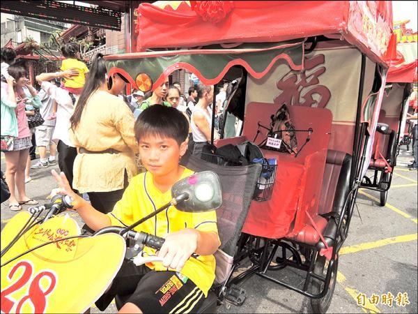 中和土地公出巡,由青少年騎三輪車護駕,具有傳承意義。(記者翁聿煌攝)