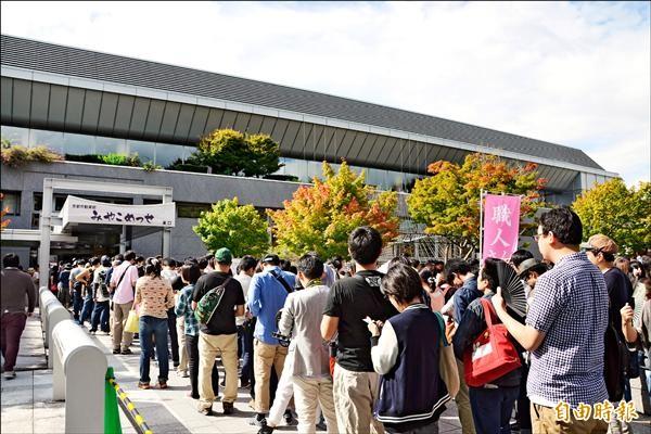第四屆日本京都國際動漫節開幕前,已有長長人龍開始排隊。(記者吳柏軒攝)