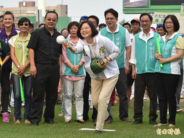活動由蔡英文擔任開球嘉賓,配合的打擊者是高雄市長陳菊,兩人默契十足。(記者張忠義攝)