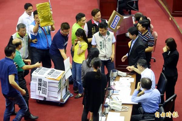 為了波卡問題,國民黨逮著猛打柯P,台北市議會陷入空轉,親民黨副秘書長劉文雄直批這些市議員是「偽善的民代」,更是「一群披著議員外皮的假道學」。(資料照,記者方賓照攝)