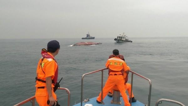 新竹海巡隊表示,「世」船翻覆地點距離台北港約12浬,目前拖帶速度約2節,現有3艇在旁戒護,搜救行動是否持續,將視「世」船底港,清查後再評估。(記者王駿杰翻攝)