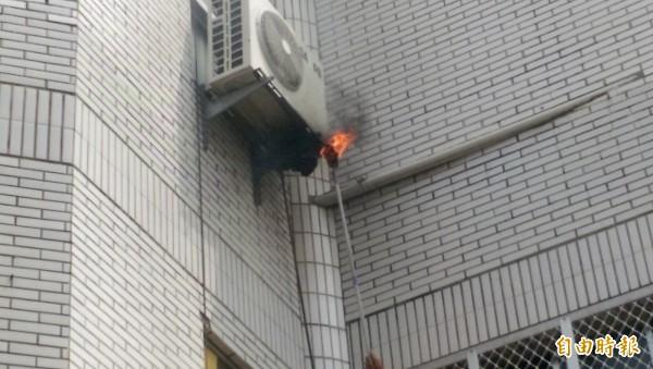 埔里消防隊利用火攻,清除冷氣機台下方的虎頭蜂窩。(記者佟振國攝)