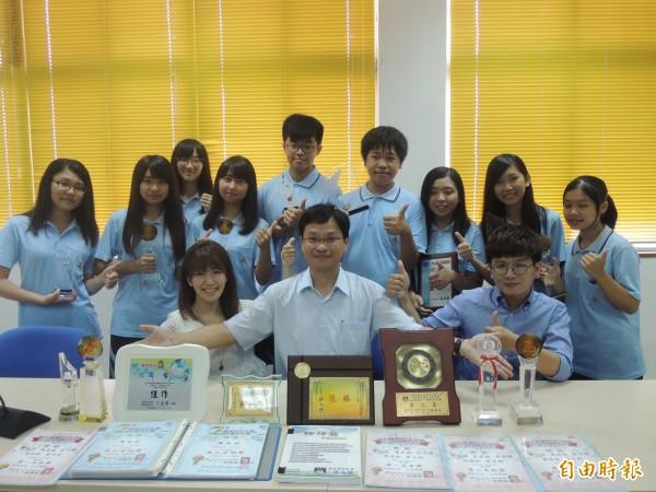 新竹高商資訊處理科教師陳尚斌獲得今年師鐸獎,指導學生參加無數比賽獲獎的他,認為學生的努力與學校的支持,讓他的教學獲得成就,這分榮譽要與師生共享。(記者洪美秀攝)