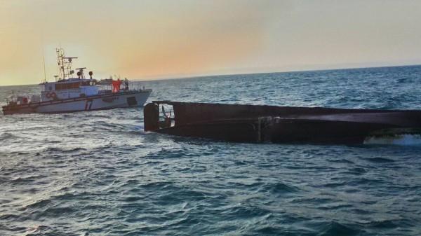 「亞泥二號」於竹圍外海撞擊基隆籍漁船「世暉31號」事故,致「世暉31號」(右)翻覆。(資料照,記者吳政峰翻攝)