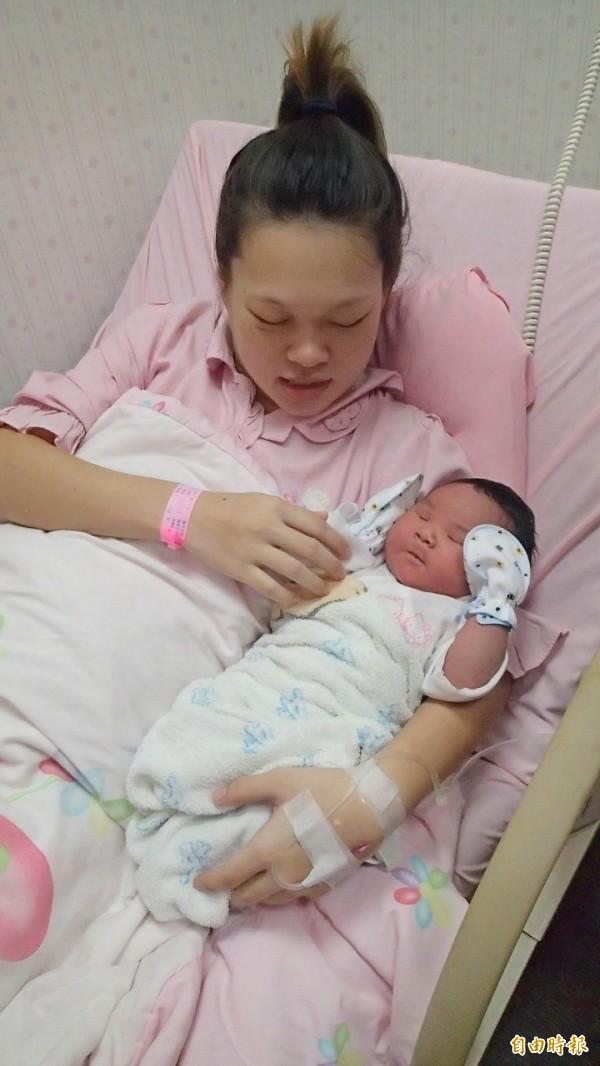 少婦賴怡君開心抱著6公斤巨嬰寶寶。(記者陳冠備攝)
