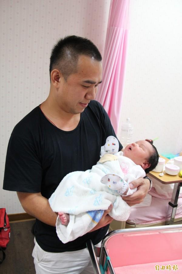 巨嬰出生才一天,可是體型已經是一般嬰兒兩倍大,父親抱起來都說很有重量。(記者陳冠備攝)