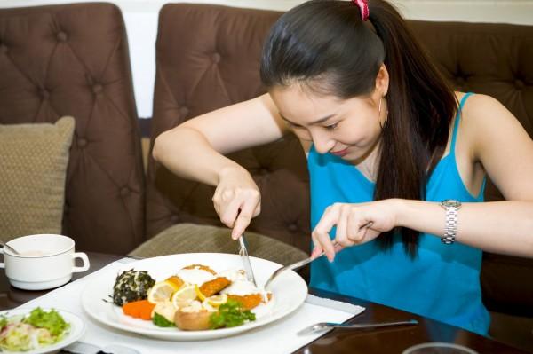 日本研究顯示,對著鏡子吃東西,吃得會更香。(情境照)