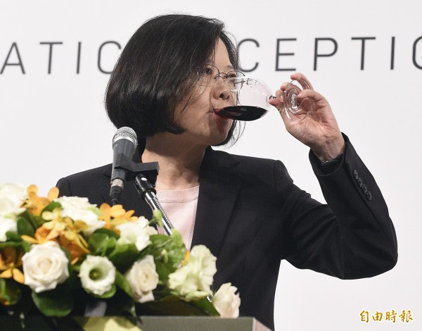 蔡英文今出席創黨29周年黨慶外交使節酒會,同時向來賓宣布她的「新南向政策」。(記者陳志曲攝)