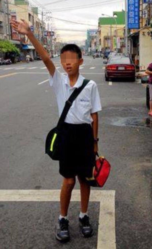 簡單的揮手招公車停靠,自閉的蔡童,每天要練習上百次。(擷取自蔡爸臉書)