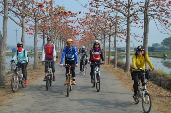 「後壁白河米蘭蓮花線」獲選十大自行車經典路線,觀旅局推租車半價邀全國車友慢遊。(圖由南市觀旅局提供)