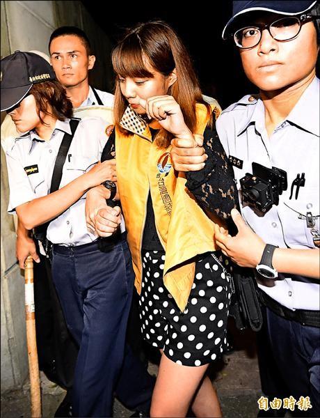 不滿馬政府默許中國強推卡式台胞證,台聯青年軍昨晚夜襲總統官邸,成員徐淯楨(中)等人隨即遭憲警帶離。(記者朱沛雄攝)