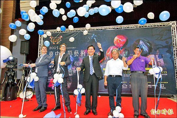 市長林佳龍(中)、文化局長王志誠(右二)與今年光影設計者Soames兄弟一起為活動揭幕。(記者蔡淑媛攝)