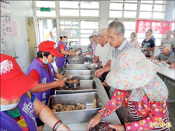 蔦松國中校友會的老人送餐服務,已轉型為長青食堂,提供老人用餐與相互關懷據點。(記者陳燦坤攝)