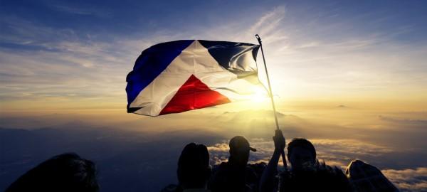 「紅色高峰」旗因圖樣簡約、意涵豐富,數萬民眾連署要求重新納入決選。23日紐西蘭政府終於不敵群眾壓力,將其納入第5面候選國旗。(圖取自aotearoaflag.tumblr.com)