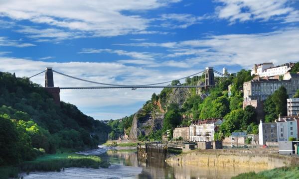 英國一名女子想不開,跑到布里斯托(Bristol)艾文峽谷(Avon Gorge)欲跳崖自殺,幸虧一名女警眼明手快,及時抓住女子頭髮救回一命。(圖擷取自《衛報》)