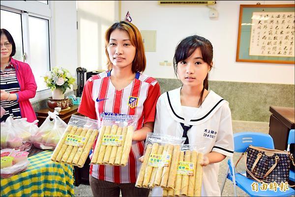 新住民李淑芳(左)自製手工蛋捲,以女兒之名取「燕姿」販售,平時省吃儉用,資助20萬元給娘家建鐵皮屋。相隔11年回柬埔寨探親,看到嶄新的「娘家」,不禁熱淚盈眶。(記者吳世聰攝)