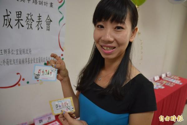 潘玉女展示自己製作的美甲模型。(記者朱則瑋攝)