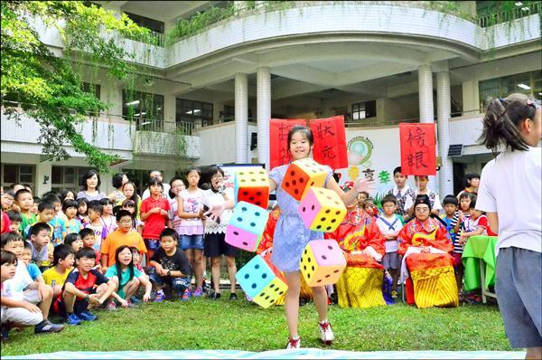 上石國小應景推出「搏狀元餅」活動,讓學生體驗不同的中秋節慶氣氛。(圖:上石國小提供)