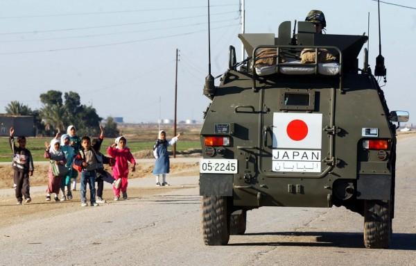 新安保法通過後,日本自衛隊在南蘇丹將援助當地的中國維和部隊。圖為自衛隊在伊拉克。(資料照,美聯社)