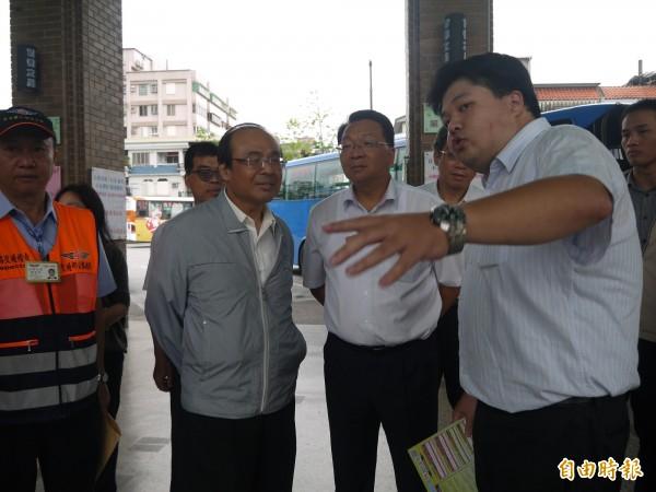 交通部長陳建宇(左二)與立委陳歐珀(右三)到宜蘭瞭解連假期間疏運狀況。(記者簡惠茹攝)
